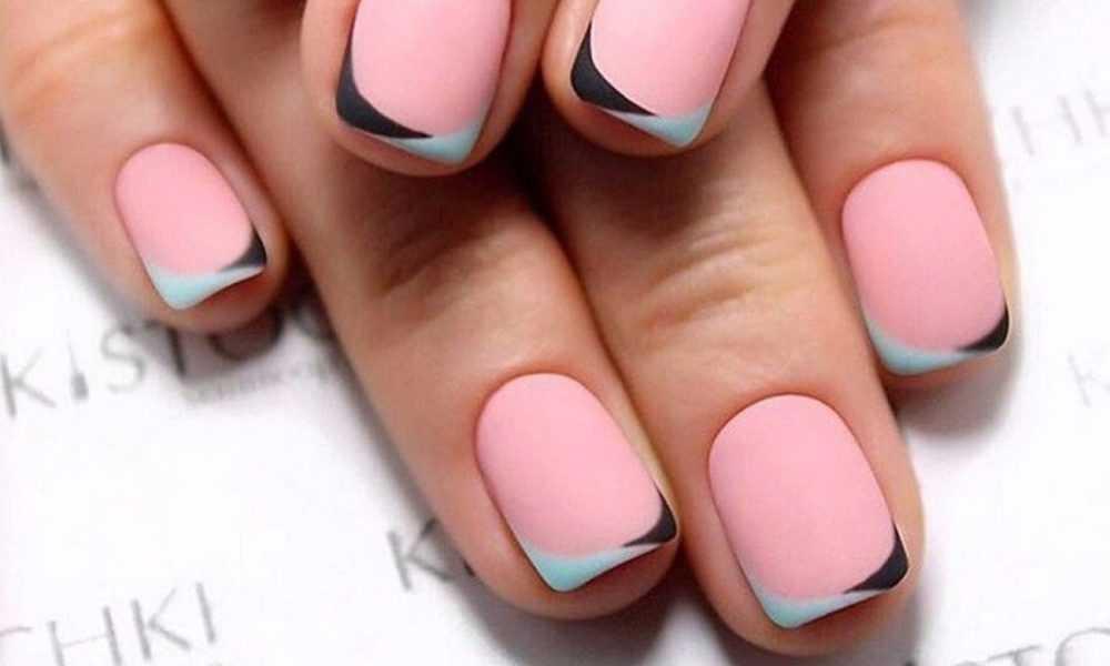 Френч маникюр с дизайном на короткие ногти